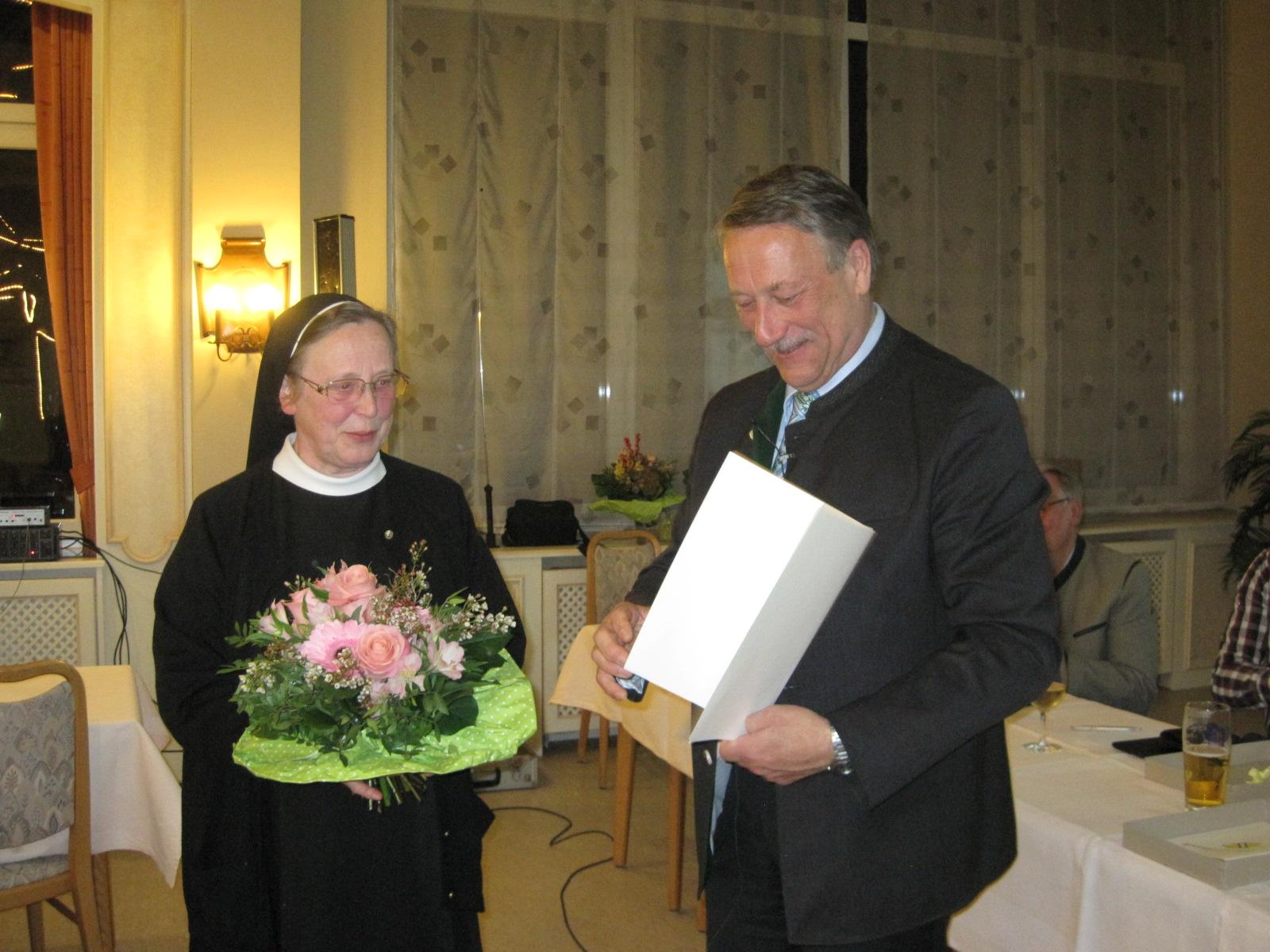 Sr  Angela K  Bürgermeister Steigenberger Ehrenurkunde
